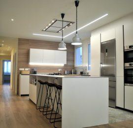 La cocina como corazón de esta vivienda en el Ensanche de Pamplona